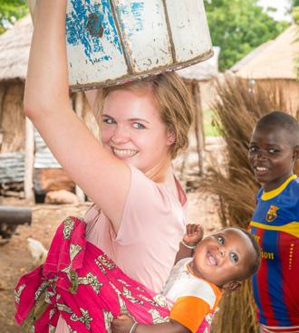 Voluntario experimentando la vida de los ghaneses locales en Tamale
