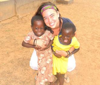 Feliz voluntario con niños en Ghana