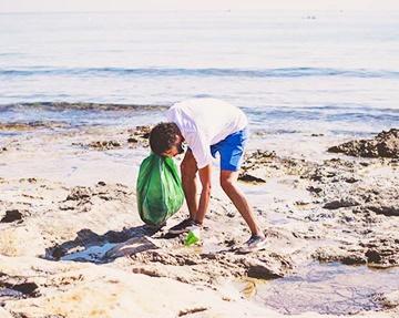 Programa de voluntariado para limpeza de praias na Espanha