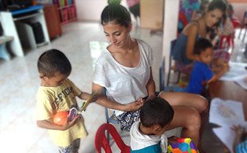 Voluntário com crianças no Surin Tailândia