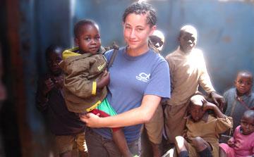 Voluntarios en Kenia en un orfanato