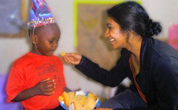 Voluntário de assistência à infância em Uganda