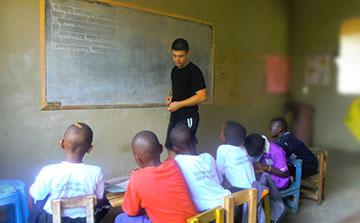 Programa de ensino voluntário em Uganda