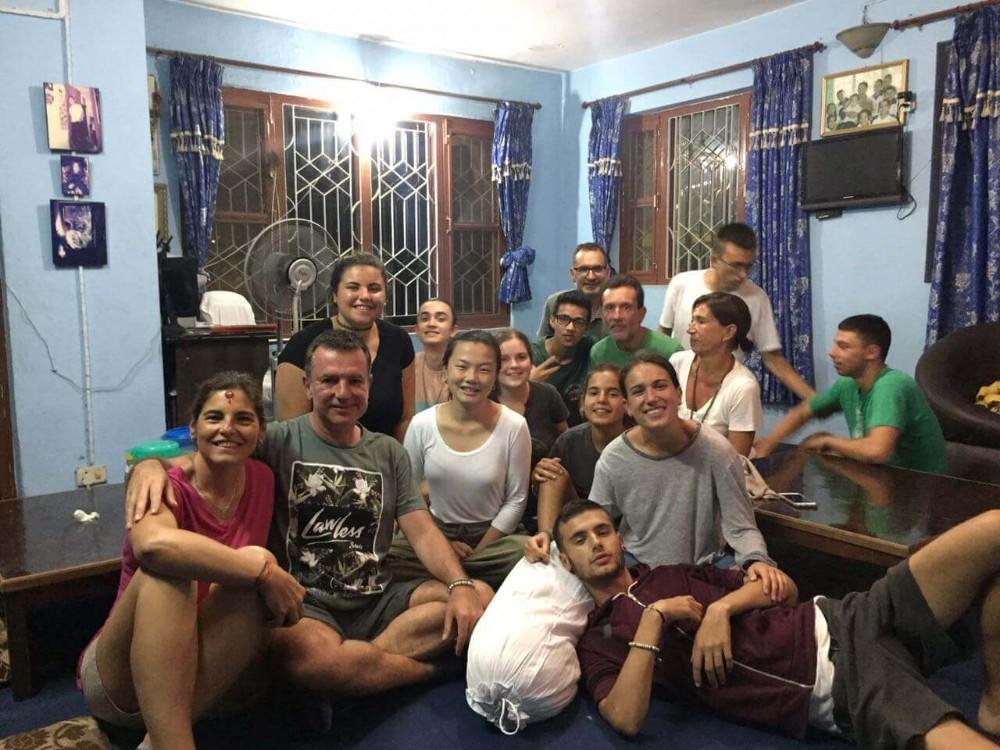 Voluntários estão no seu alojamento no Nepal>