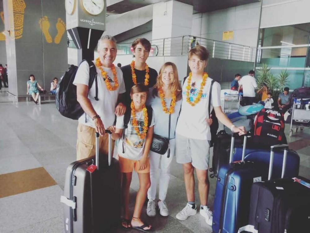 Uma família recebe uma recepção tradicional no aeroporto de Delhi>