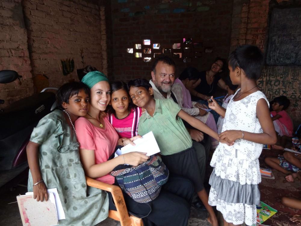 Voluntários ensinando crianças em uma escola em Delhi>
