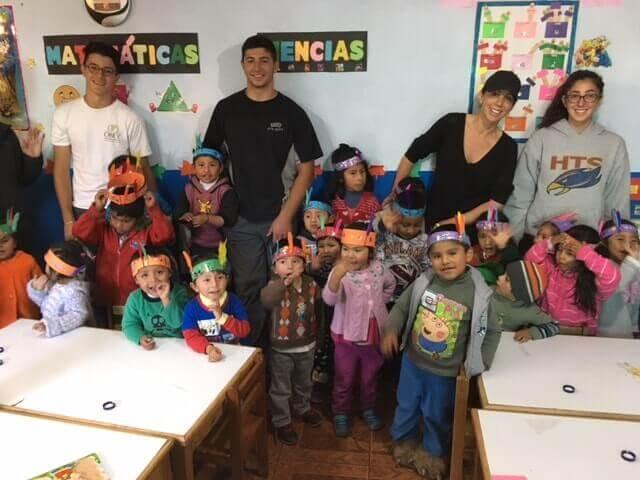 Família com filhos na creche no Peru>
