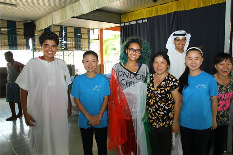 Estudiantes disfrutando de un intercambio cultural con otros estudiantes y profesores en Vietnam>