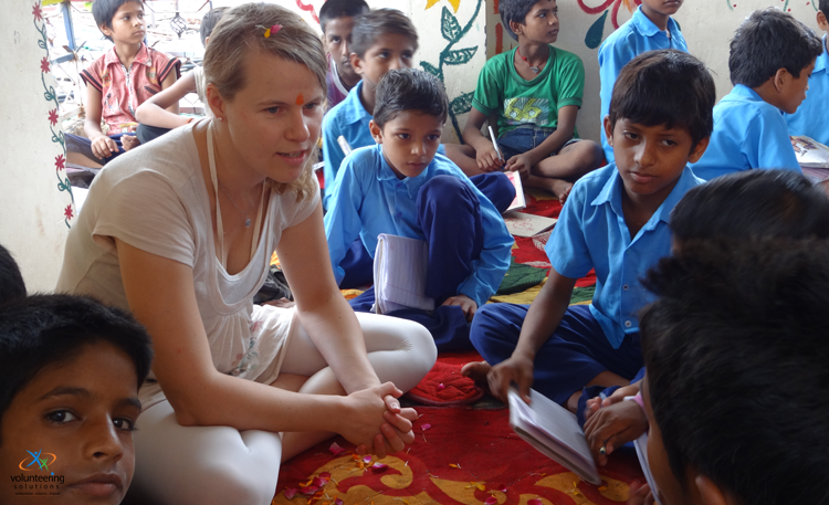 street-children-volunteering-in-India