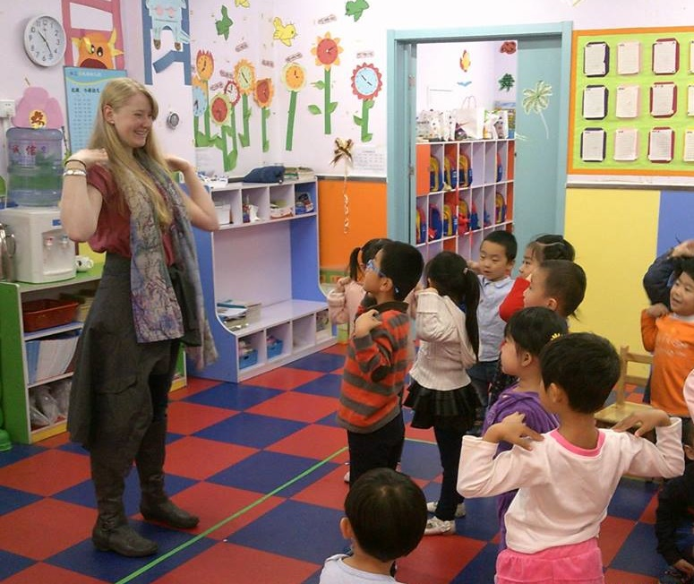 Savannah, who traveled alone to China from the USA, to volunteer with kids