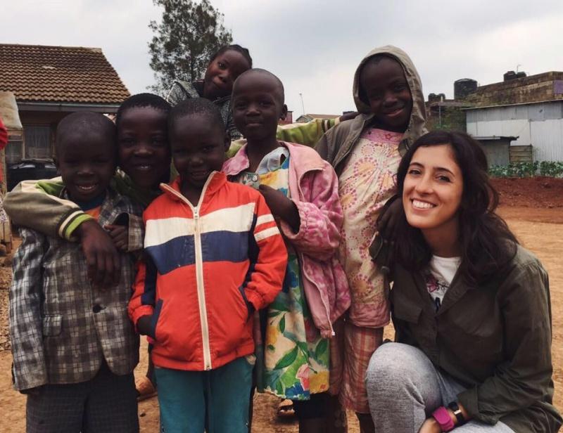 Laura París Kenya volunteering with kids