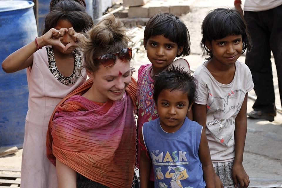 enfants des rues faisant du bénévolat en Inde